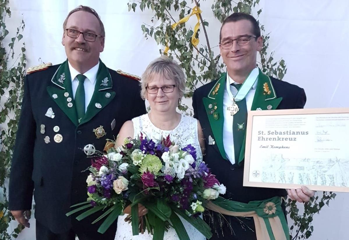 Ehrenkreuz für Brudermeister Emil Kempkens
